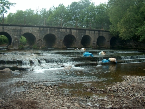 Household rubbish dumped into the Douglas River at the Seven Arches Bridge